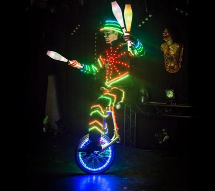 Jongleur lumineux sur monocycle lumineux animation cirque - Image jongleur cirque ...